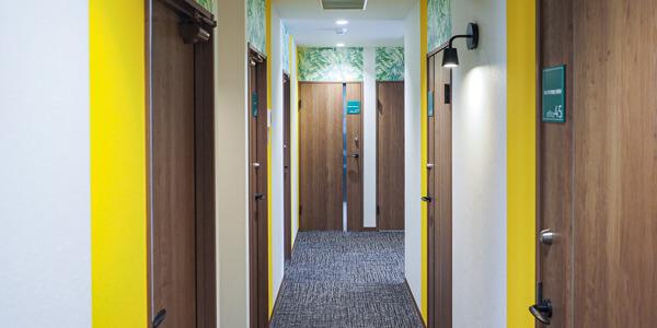 レンタルオフィスの廊下