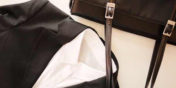 シャツやパンプス、バッグはシンプルに