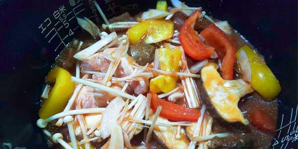 準備ができたら、食材を炊飯器のお釜に入れ、そこに「1日分の野菜」などを投入
