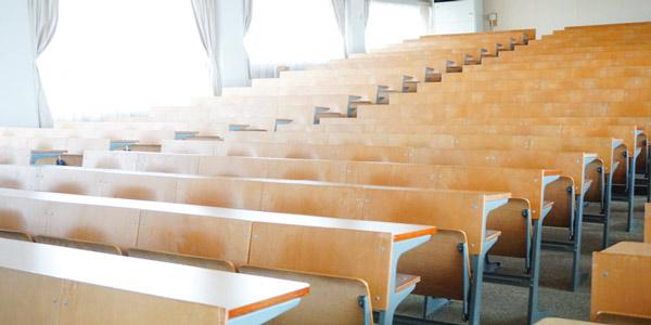 私の場合は、大学のコンビニで履歴書を買ったあと、空き教室で書いていました。