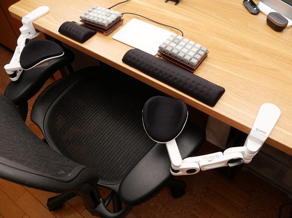 どうしてもオフィスチェアにそこまで出せない、という方にはデスク用アームレストがおすすめ