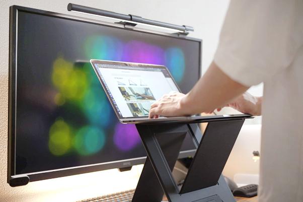 MOFT Zは畳むと一枚の板、展開するとスタンディングデスクに変形する「持ち運べるPCスタンド」